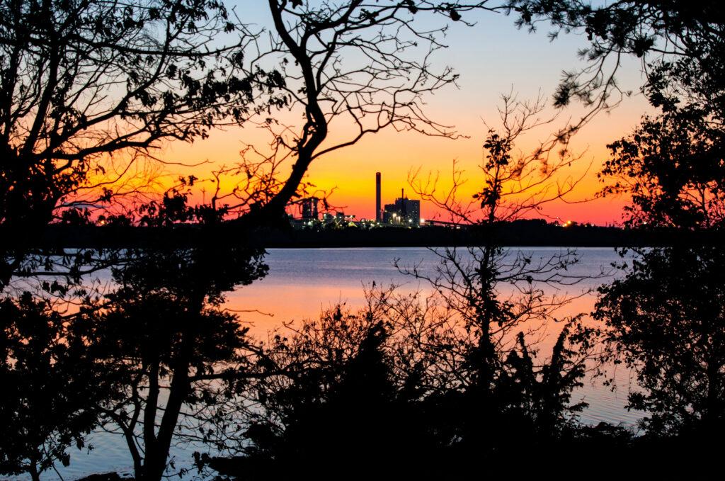 Stor massafabrik i solnedgång
